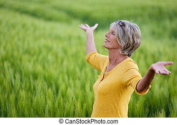 mulher madura, relaxante, em, natureza