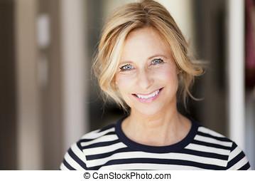 mulher madura, sorrindo