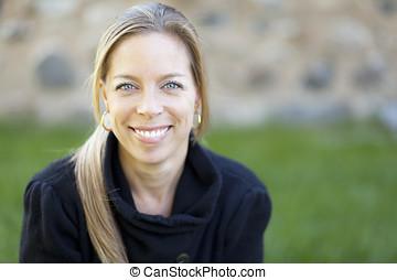 mulher madura, sorrindo, em, a, câmera