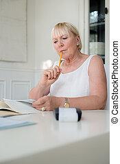 mulher madura, verificar, contas, e, fazendo, orçamento, casa
