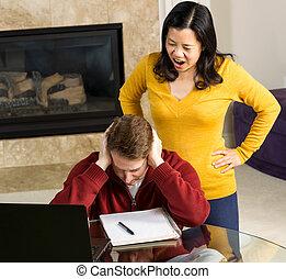 mulher madura, zangado, em, dela, homem, enquanto, trabalhando casa