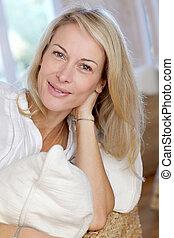 mulher, maduras, relaxante, sofá, loura, retrato