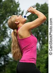 mulher, malhação, após, jovem, água, bebendo