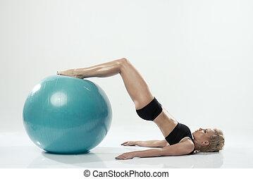 mulher, malhação, exercitar, um, bola, condicão física, caucasiano