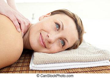 mulher, massagem, atraente, retrato, tabela, mentindo