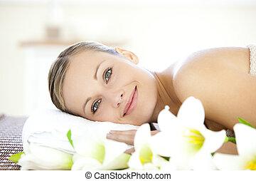 mulher, massagem, câmera, tabela, mentindo, charming, olhar