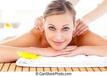 mulher, massagem, retrato, tabela, alegre, mentindo