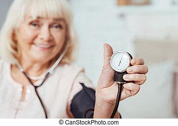 mulher, measutring, idoso, agradável, pressão, sangue, sorrindo