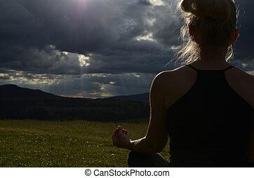 mulher meditando, em, a, noite