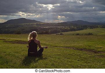 mulher meditando, em, a, tarde