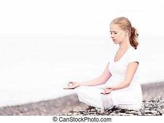mulher meditando, em, loto, ioga, ligado, praia