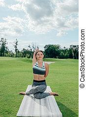 mulher meditando, ligado, esteira yoga