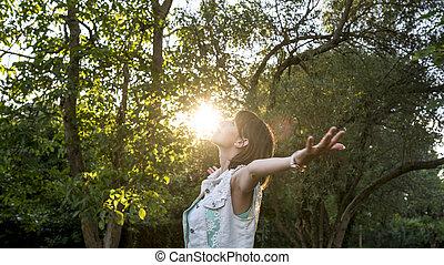 mulher meditando, natureza
