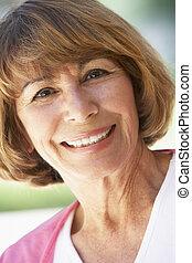 mulher, meio, câmera, retrato, sorrindo, envelhecido