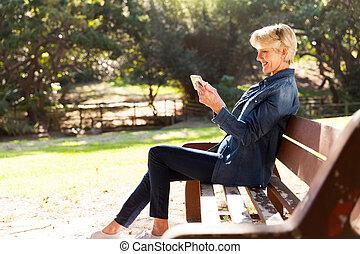 mulher, meio, telefone, usando, envelhecido, esperto