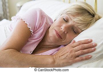 mulher, mentindo, cama, dormir