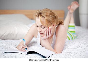 mulher, mentindo, cama, escrita