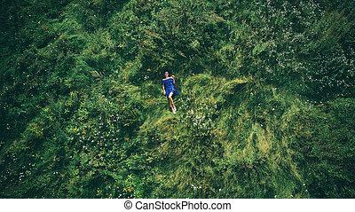 mulher, mentindo, em, a, verde, grass., vista superior