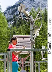 mulher, meteorologist, leitura, meteodata, em, montanha,...