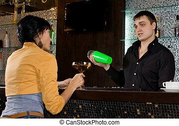 mulher, misturas, coquetéis, falando, barman, ele