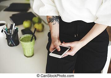 mulher, mobilephone, escritório, rosto, usando, lar,...