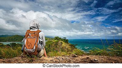 mulher, mochileiro, admirar, um, bonito, litoral, paisagem,...