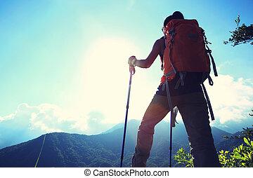 mulher, mochileiro, ligado, pico montanha, apreciar, a,...