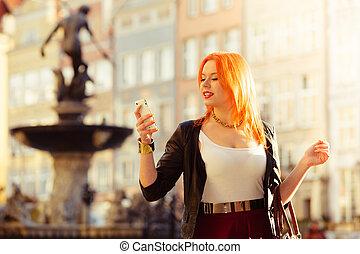 mulher, moda, menina, com, smartphone, ao ar livre