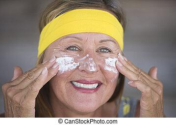 mulher, moisturiser, maduras, pele, alegre, cuidado