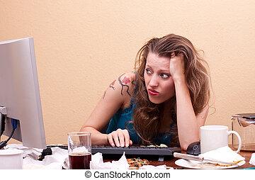 mulher, monitor, sentando, jovem, frente, frustrado