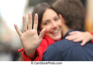 mulher, mostrando, anel acoplamento, proposta, após, feliz