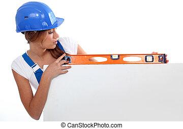 mulher, mostrando, medindo ferramenta