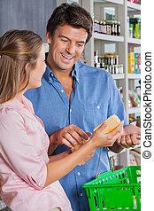 mulher, mostrando, queijo, para, homem, em, supermercado
