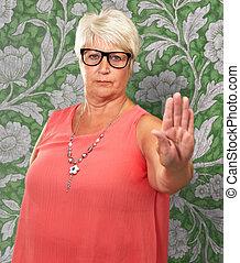 mulher, mostrando, sinal parada, retrato, sênior