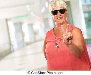 mulher, mostrando, sinal, vitória, retrato, sênior