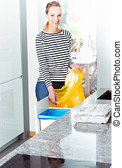 mulher, mudança, saco, para, reciclagem