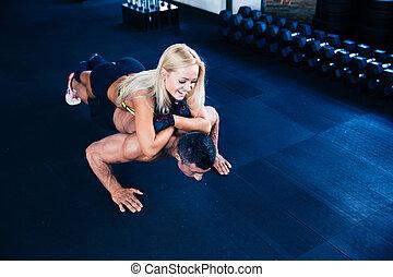 mulher, muscular, empurrão, ups, homem