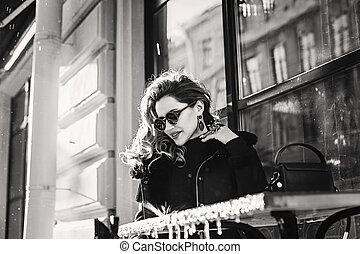 mulher, na moda, foto, sentando, rua, café, pretas, branca