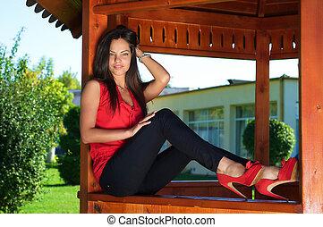 mulher, na moda, madeira, sentando, equipamento, ao ar livre, excitado, gazebo