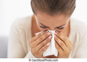 mulher, nariz, soprando, lenço
