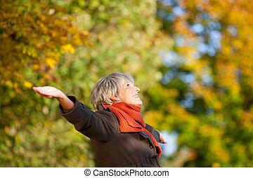 mulher, natureza, parque, sênior, desfrutando, feliz