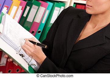 mulher negócio, enchimento, arquivos, em, a, pastas