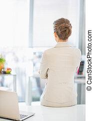 mulher negócio, ficar, em, escritório., vista traseira