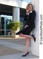 mulher negócio, inclinar-se, pilar