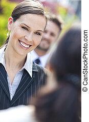 mulher negócio, ou, executiva, colegas, em, equipe