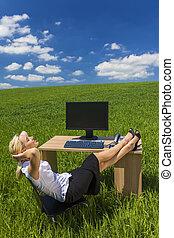 mulher negócio, relaxante, escrivaninha escritório, campo verde