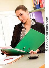mulher negócio, sentando, em, escritório