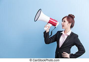 mulher negócio, tomar, microfone, felizmente