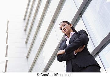 mulher negócios fica, ao ar livre, por, predios, (high, key/selective, focus)