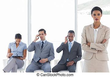 mulher negócios fica, frente, pessoas negócio